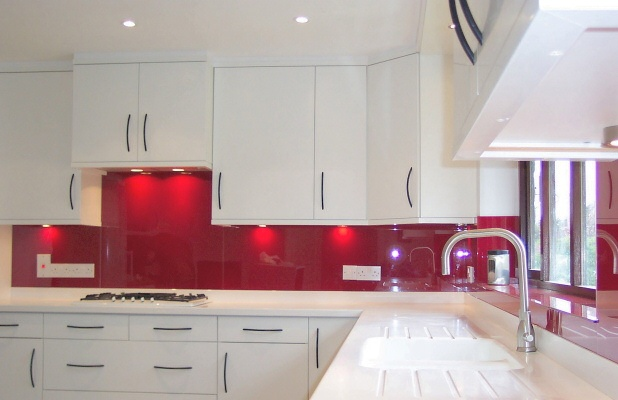 Stakleni zidni paneli za kuhinje for Kitchen ideas white cabinets red walls